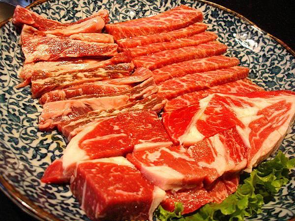 最重要的主餐盤:安格斯沙朗,和牛肋片以及冷藏無骨牛燒肉