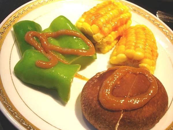 野菜有三選一,野菜盤(香菇,玉米,青椒),健康沛(生菜葉,韓式泡菜),活力沛(生菜葉,洋蔥絲,咖哩醬)