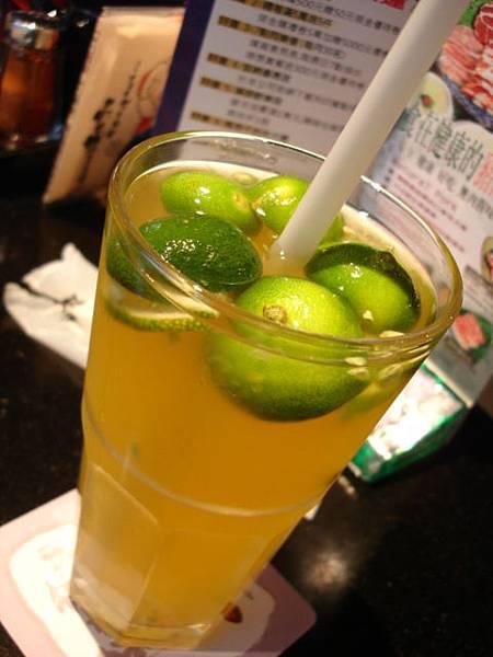 飲料可從可樂,雪碧,可爾必斯,鮮桔蜜,洛神梅,煙燻烏梅,果香紅,茉莉鮮綠,碳燒烏龍茶中間選兩杯
