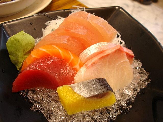 綜合生魚片135元