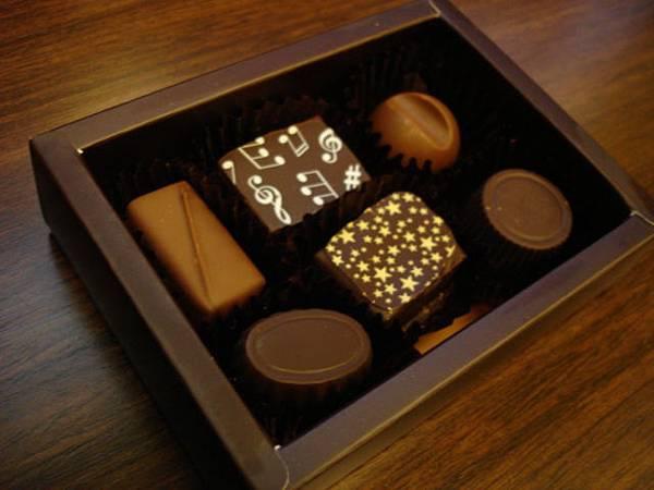 這時換男人去洗了我來拍下午買的巧克力,這盒是我們的