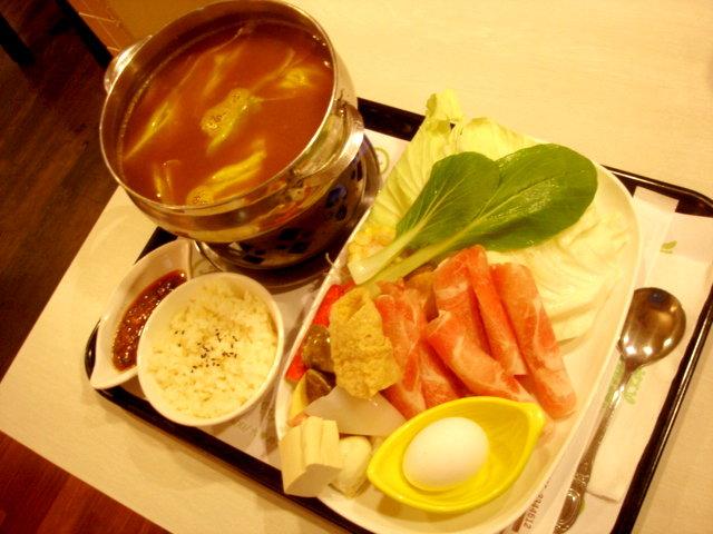 我央求男人不要點焗烤,所以他點了日式咖哩豬肉鍋,240元