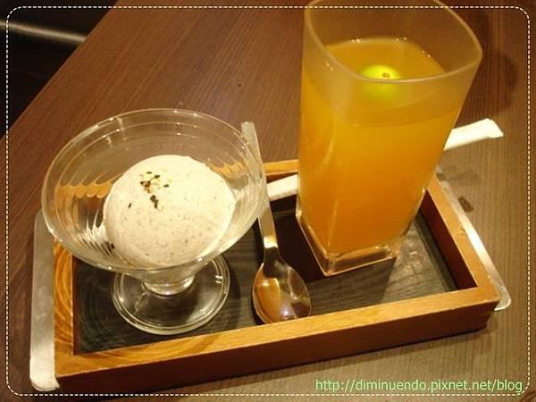 我們叫去冰的水果茶以及日式芝麻冰淇淋,這是290元套餐有附的甜點以及飲料