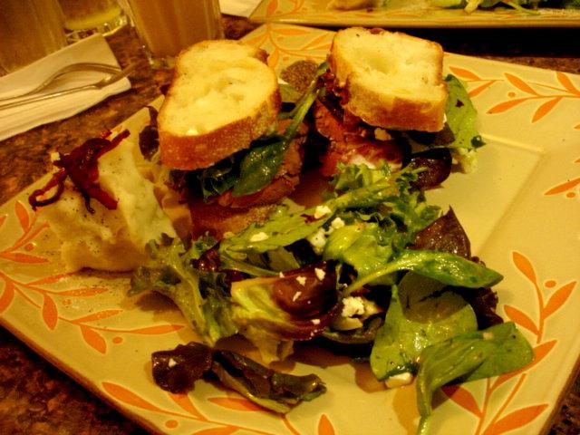 沙拉牛肉醃紅酒三明治的全貌