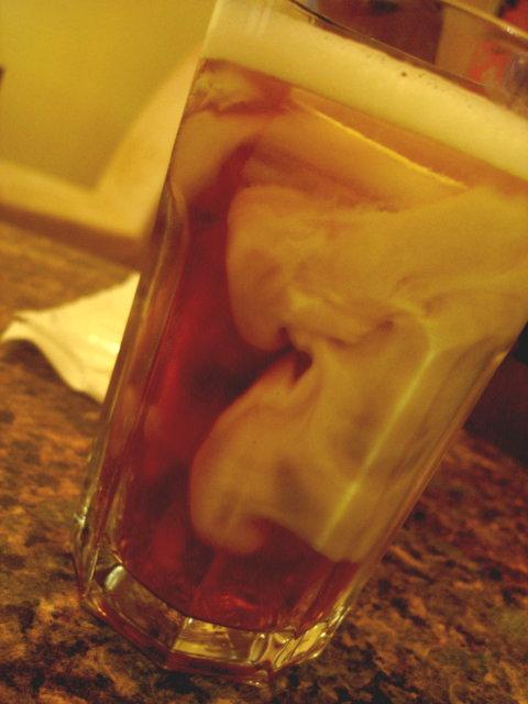 牛奶融入伯爵紅茶的過程