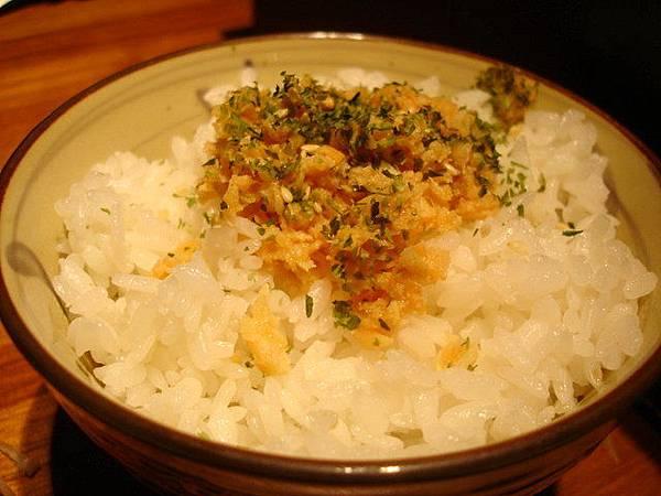 白飯29元,有魚卵蝦米,鮭魚,海苔,跟純白飯四種口味可選