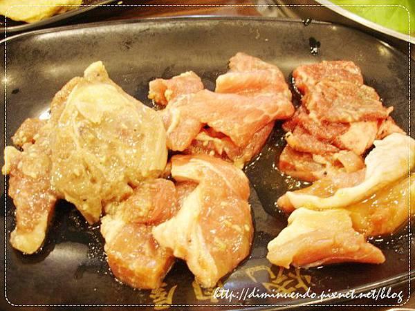 最左邊是檸檬雞排,中間上面是霜降豬肉,下面是蜜汁豬肉