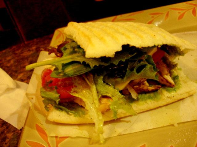 酪梨白酒雞肉三明治佐辣味陳年醋醬的全貌