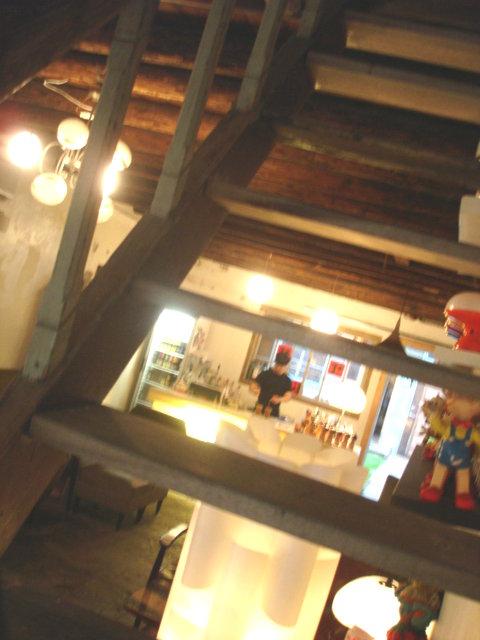 樓梯空隙望櫃檯