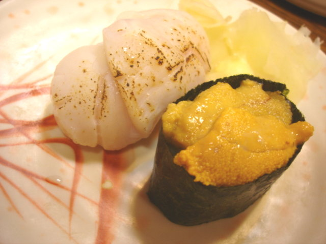 我其實是為了這兩個東西來吃這一頓的,左邊是干貝壽司一粒45元,右邊是海膽壽司一粒60元