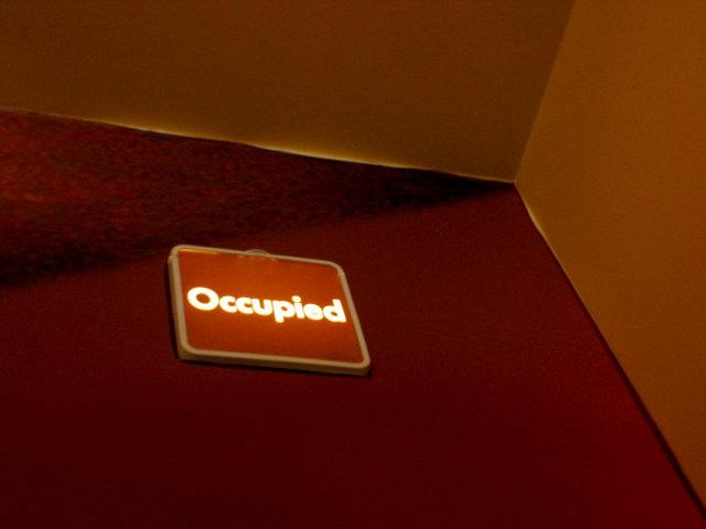 當廁所門閂栓上時,廁所門最上方的標語會亮