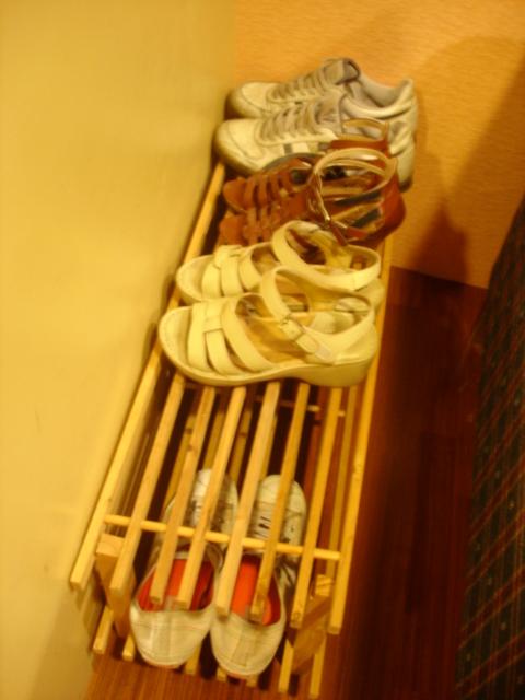這位置是要脫鞋,我們沒看到牌子所以穿上來,服務生還來提醒
