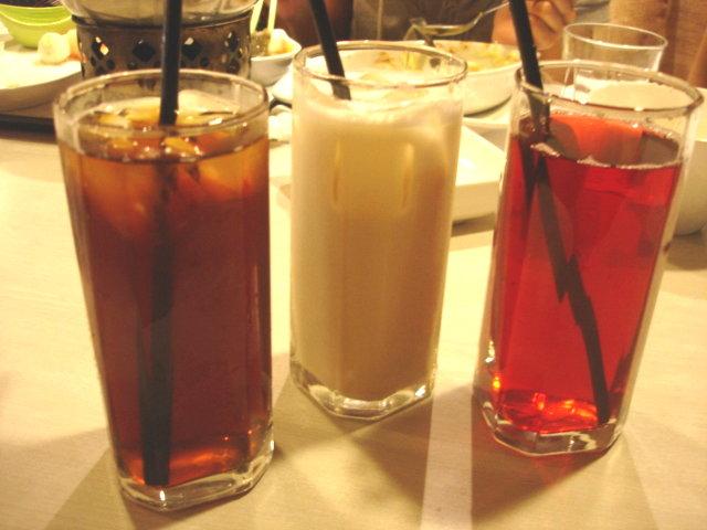 左至右分別是附餐飲料中的原味紅茶,特調奶茶,洛神梅子茶
