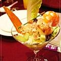 第一道:龍鳳喜呈祥,有鮮蝦、干貝、蟹肉、烏魚子、油醋蘿蔓菜片