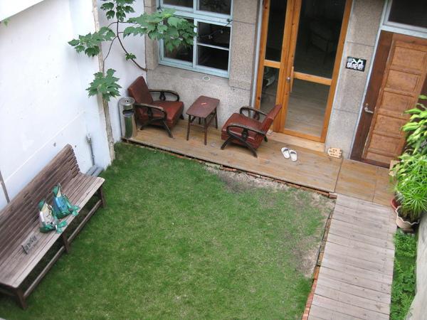 中間隔了一庭院後有展示空間