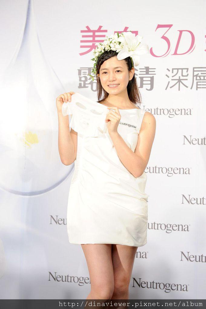 0709陳妍希驚艷於露得清3D美白面膜的膜法  現場親身示範.jpg