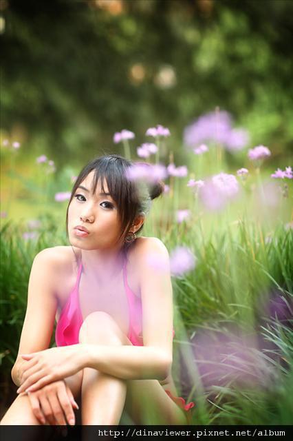 穿比基尼為什麼要跑到花叢裡.jpg