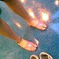拖鞋是我家浴室的........................