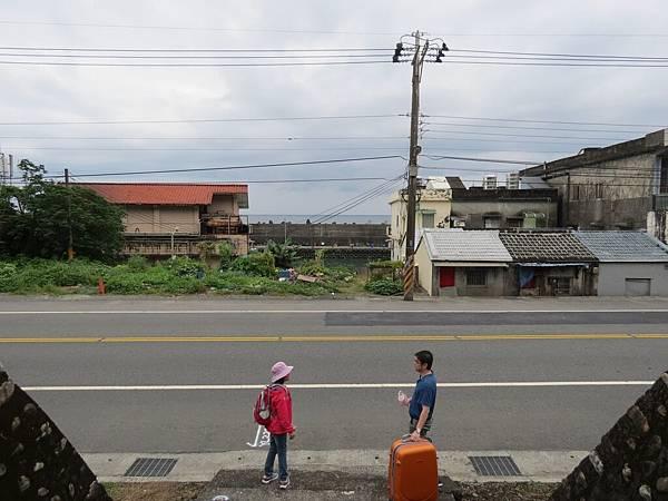 頭城農場, 交通, 龜山火車站