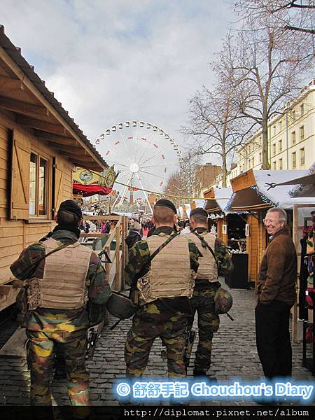聖誕市場中巡邏的軍警人員
