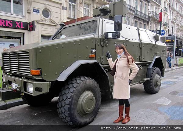 觀光客合影新地標 - 軍用裝甲車