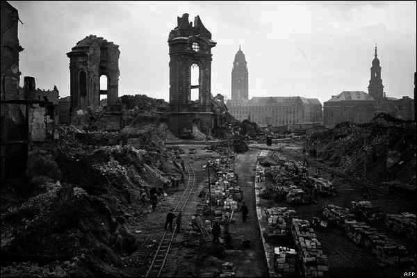 frauenkirche-dresden-struck-feb-1945