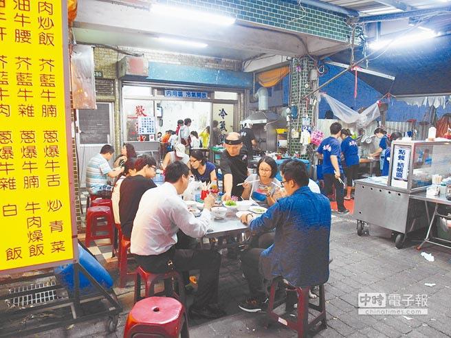 台南市人氣美食「文章牛肉湯」受到登革熱疫情的影響,用餐不必再排隊。(洪榮志攝)