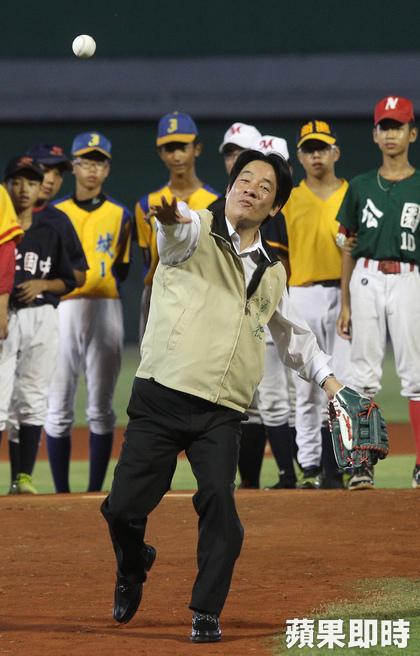 台南市長賴清德開球。游智勝攝