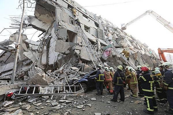 台南17層大樓震毀如碎豆腐,企業響應台南地震捐款,盼能幫助災民。