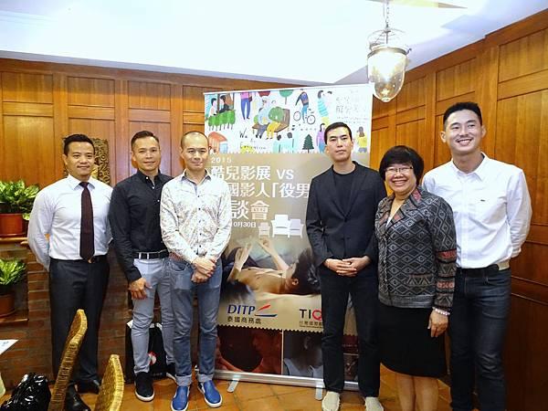 導演金俊杓Josh Kim(右3)在座談會上與製片人Edward (右1)、泰國貿易經濟辦事處台北商務處處長Pitinun Samanvorawong(右2),以及聯合製片人Mark(左1)、Paul(左2)和Rayman(左3)合影。