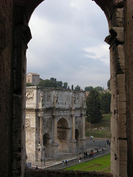 從拱門往下拍的君士坦丁凱旋門.JPG