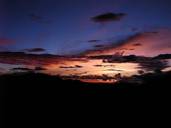 DSCN0117_特殊的藍及紅炫渲染整個天空.JPG
