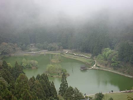 DSC09598在慈孝亭,居高臨下的明池全貌.JPG
