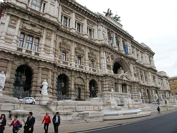 華麗的市政廳,大家拼命的拍..領隊忍不住的說..要看去看的是聖天使堡啦...呵呵.JPG