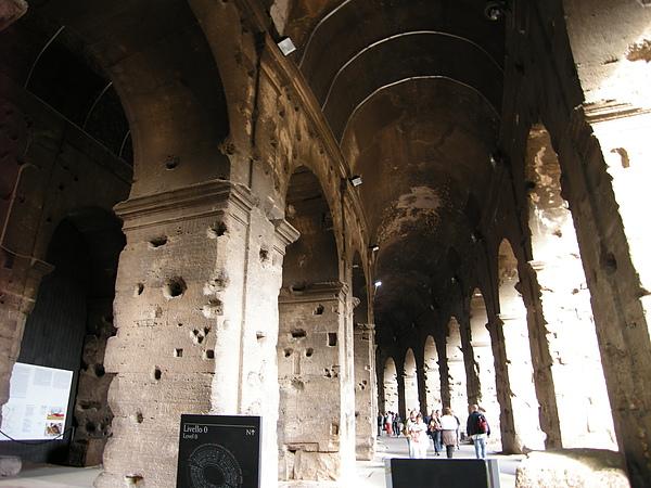 羅馬競技場內的圓型拱柱.JPG