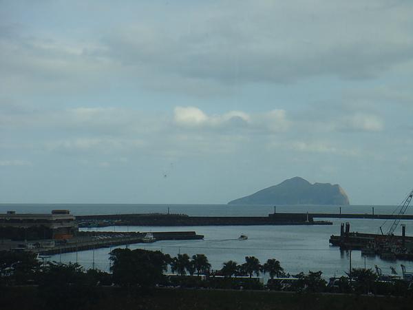 DSC08169從館內透過玻璃往外拍..龜山島就在眼前.JPG