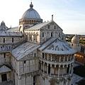 於比薩斜塔第一層拍到的大教堂.JPG