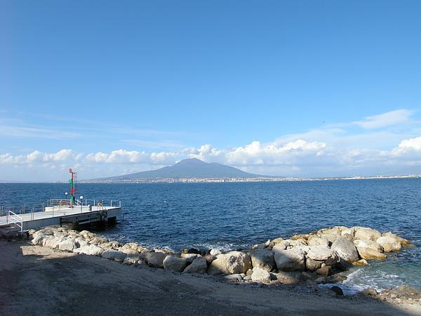 維蘇威火山就在荳住的飯店對面.JPG