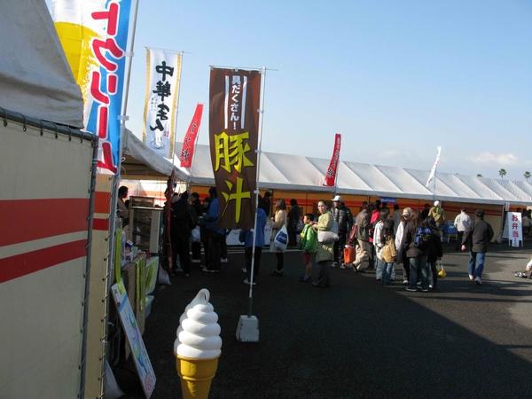15現場會有攤販賣熱食和冰淇淋.jpg