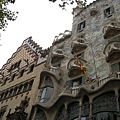 旁邊那棟也是名家的 但跟Gaudi一比就被比下去了