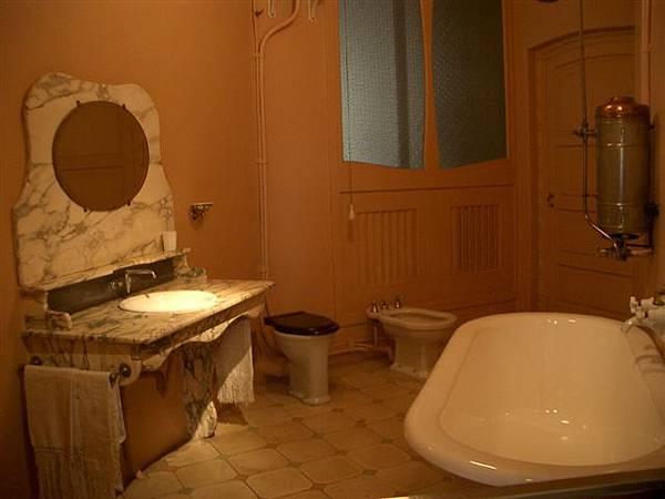 那個年代有衛浴的房間很難得的