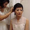 整理頭髮的新娘