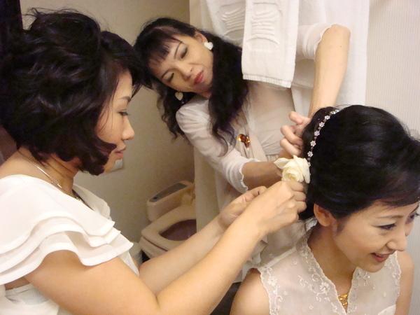還在 整理頭髮的新娘