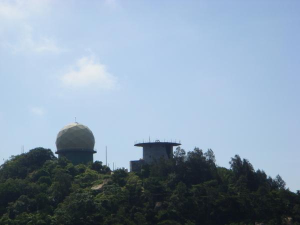 隔壁山頂的雷達站