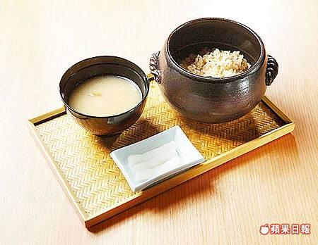 當月土鍋飯 980元套餐菜色 經常變化口味,圖為松葉蟹飯。