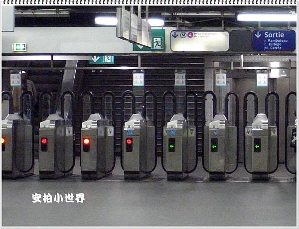 夾住我們行李的地鐵閘門