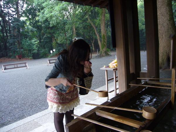 第三步 把水裝在手上漱口 不可以直接碰到瓢子喔!