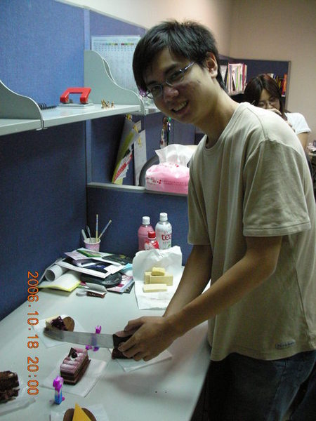 切蛋糕,有必要用這麼大的刀嗎XD