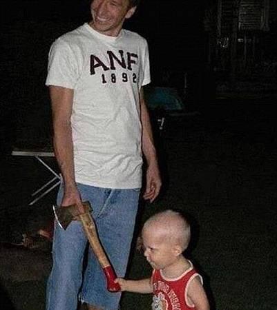 小孩拿斧頭
