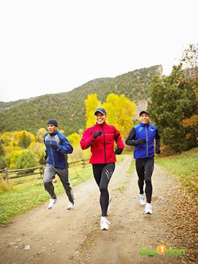 冬天來臨,人也開始變得懶洋洋,想要早起跑步,卻抵擋不了溫暖的被窩的召喚,這時候就兩難了,該怎麼辦才好呢?(小編其實是在說自己的心情XD) 天氣冷除了懶散之外,還有很多需要注意的地方,例如:感冒、變胖等等,都會阻礙跑步的效率,要怎麼樣才能堅持下去,而且達到良好的運動效果呢?下面就來為大家解答: 大魔王1:感冒 跑步中,你可能只想吃能量棒,為了要維護免疫系統,記得多補充富含維他命C的水果、胡椒和辣椒,還有甘藍菜。 另外,體內的維他命D含量過低的時候,也很容易感冒喔!前陣子堪薩斯大學醫院暨醫學中心心臟專科教授瓦契克指出,人體的維生素D高達90%是經陽光照射皮膚而生成,只有約10%來自食物。缺乏維他命D免疫力下降,不只容易感冒,還有很多疾病都上身,冬天日照不足,所以趁著天氣好的時候快出門曬太陽吧! 預防措施: 可以吃富含維他命D的銀鱈魚(oily fish)、蛋、*強化麥片(fortified cereals)。想要吸收維他命D,需要搭配脂肪:放棄大量減少脂肪攝取的減肥方式吧!你需要好的脂肪讓身體吸收脂溶性的維他命D,還有維他命A和E。 *註解:強化麥片(fortified cereals) 是一種添加維他命和礦物質的麥片。到大賣場購買的時候,可以多留意有無添加自己所需的維生素。 打擊方法: 德國慕尼黑大學的專業跑者連續3周每天喝2瓶無酒精啤酒,還有更多的殺手細胞(killer T-cell),這種啤酒不管是無酒精和含酒精的版本,都含有增強免疫系統的多酚(polyphenol)。 大魔王2:憂鬱 跑步是提振心情的好方法:國外期刊journal of clinical psychiatry建議,運動可以抗憂鬱,但是「環境中缺乏光線也會讓心情低落,因為缺乏光線會影響荷爾蒙等級。」時間生物學家(chronobiologist)Victoria Revell說。這表示褪黑激素(melatonin)、管理心情的相關系統、的不平衡。 預防措施: 高碳水化合物的飲食可以促進血清素(serotonin)的釋放。可以吃全穀搭配蛋白質,例如:火雞肉、*鄉村起司 (cottage cheese)和魚肉等。食物中含有色胺酸(tryptophan),是一種可以轉變為血清素的氨基酸(amino acid)。 *鄉村起司 (cottage cheese):是一種新鮮未熟成的乳酪,由凝乳(牛奶變酸後形成的稠而軟的物質)與調料混合製成,顏色呈現乳白色,口感鬆軟。 打擊方法: 褪黑色素在早上會被抑制,所以早上剛睡醒30分鐘,可以先開小燈,讓它不會那麼容易消退。(一般日光有10萬lux;普通小檯燈有80lux) 大魔王3:變胖了 天氣一冷脂肪就找上門,一般成人平均會胖1.06磅(1磅=0.45公斤),「不只是我們的跑步量會變少,而且很容易食慾大增」Kim Ingleby教練說「其實不需要抑制對自己好的事,但是也不能放縱亂吃,應該訂出運動計畫,而且要詳細記錄下來,就算是隨手記下的筆記,也要對訓練計畫斤斤計較。」 預防措施: 記錄下每天吃的東西,如果有智慧型手機可以下載app,iphone可以用Weight Tracker,Android系統手機可以用Diet Point(大家也可以去找找中文程式,用起來方便。) 打擊方法: 如果真的想在冬天減重,少吃多動之外,每天量體重也有監督作用。 大魔王4:里程數變少 就算自己在春、秋季的訓練量減少,不要氣餒了!連短跑菁英Emily Freeman都說「冬訓的運動量就是維持體態,基本上接近停止訓練」所以她都怎麼做呢?運動量少,但是也擔心的少,而且訓練重點從距離轉變為時間,但是不要鬆懈了:研究顯示,完全休息幾個星期的時間,身體可以接受更激烈的操練。 預防措施: Runner's World 的生活小醫生Ed Eyestone建議大家,如果要在冬天持續跑步,可以將輕鬆的戶外運動,加上在溫暖乾燥的健身房跑跑步機(一種叫treadmill的跑步機)。在戶外運動時,可以跑20~60分鐘,補充水分後,再進健身房跑完45~60分鐘。 打擊方法: 冷天可以穿排汗的運動服,還有輕量的慢跑手套,當血液流到腳和核心肌群時,手容易冰冷。 {參考資料:Runner's World UK/December 2011}